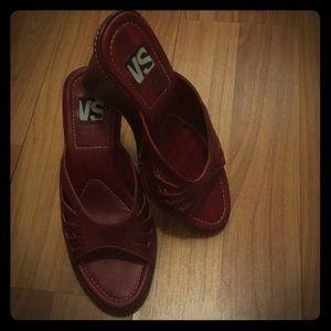VS burgundy open toed wedges